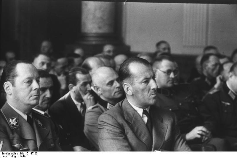 Ernst Kaltenbrunner 1944 als Zuschauer beim Volksgerichthof in Nürnberg. Rechte: Bundesarchiv, Bild 151-17-03 / CC-BY-SA
